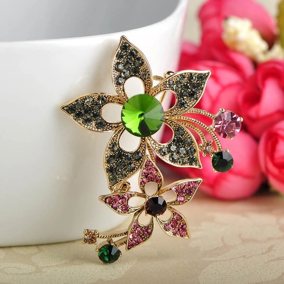 Vintage Style Flower Brooch with Crystals b8442ba0b5cd
